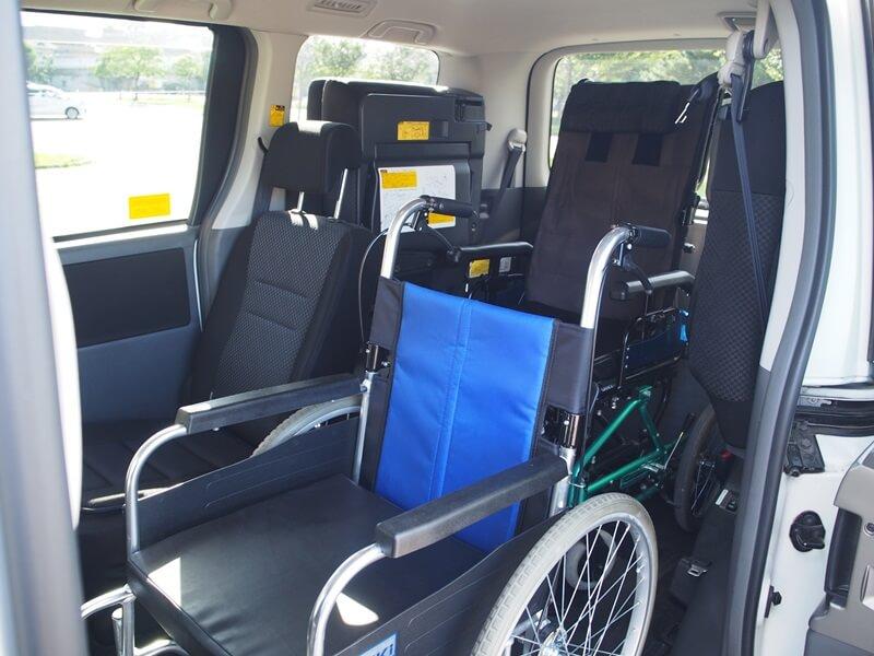 リクライニング車いすと2台で乗車可能